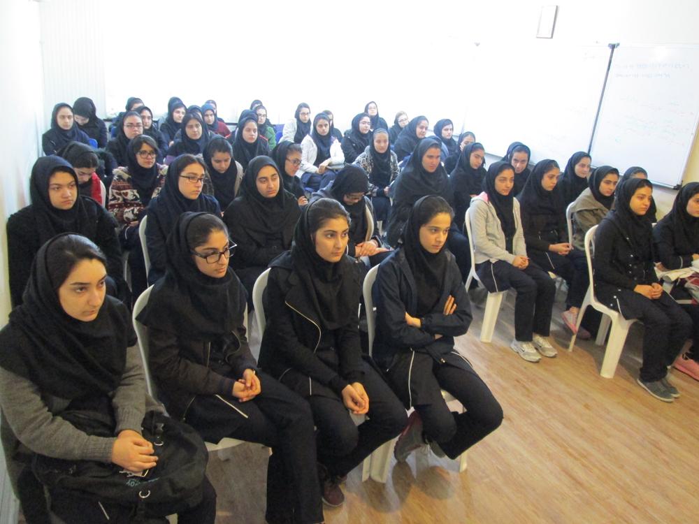 نشست خانم محمودی ، مدیریت دبیرستان با دانش آموزان پیرامون مسائل کنکوری