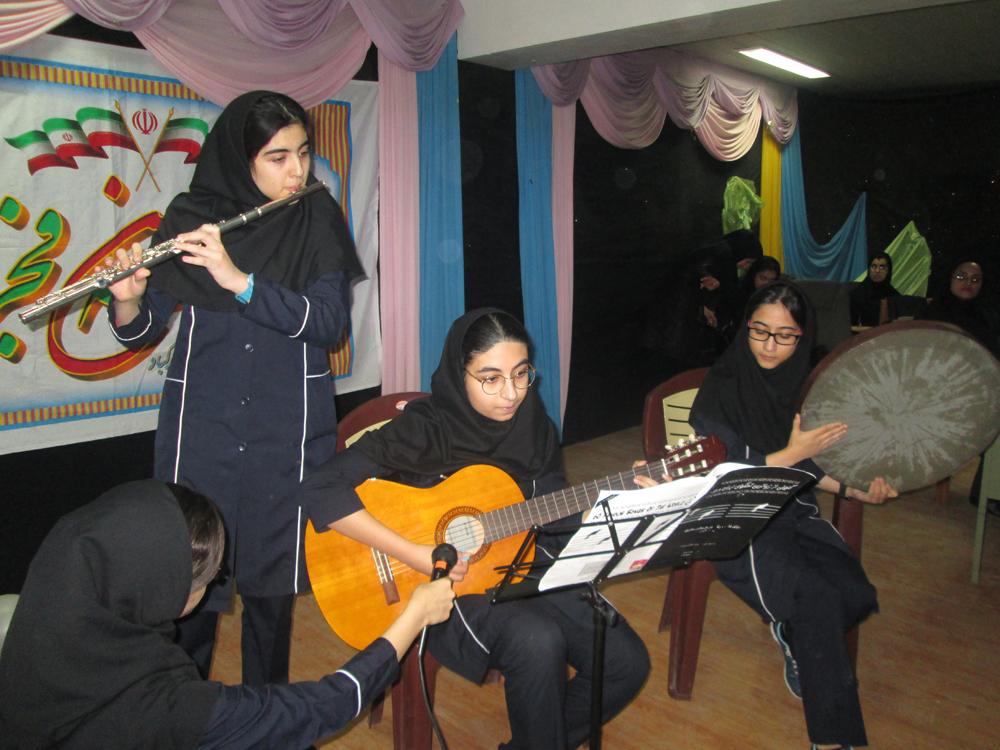 جشن 22 بهمن و اهدای جوایز به دانش آموزان برتر سال تحصیلی 95-94